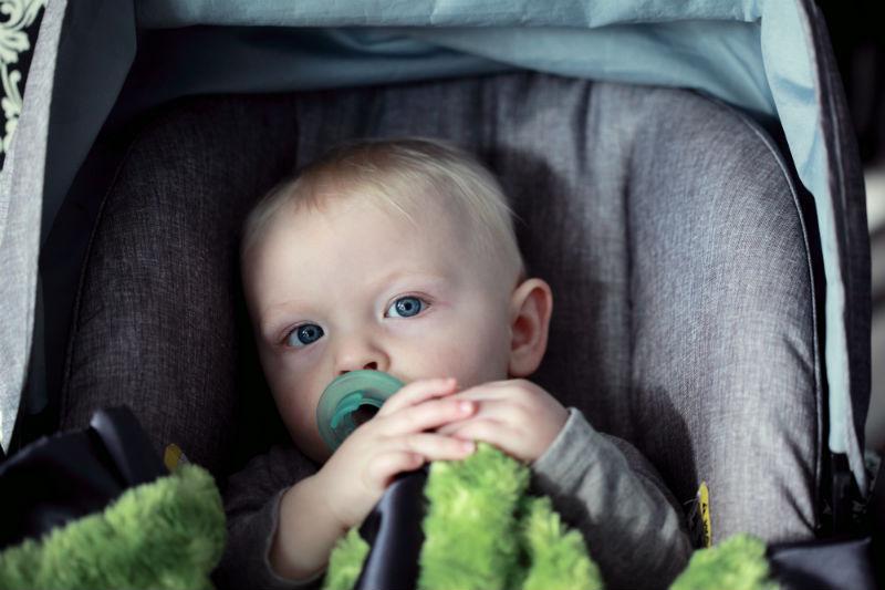 Hur ska du transportera ett barn som är under tre år, om du saknar bilbarnstol?